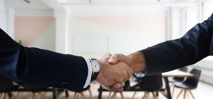 Due persone che si stringono la mano, per supportarsi a vicenda.